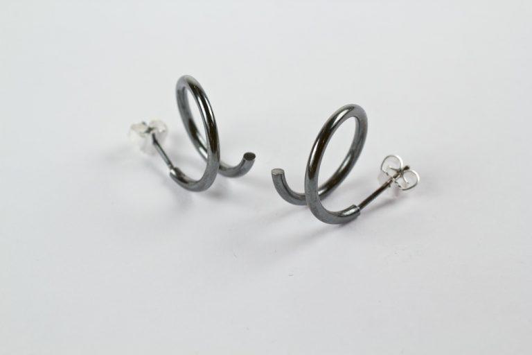 Spiraal oorstekers in gezwart zilver