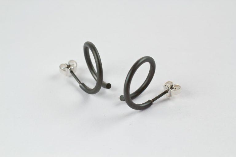 Spiraal oorstekers rond in gezwart zilver