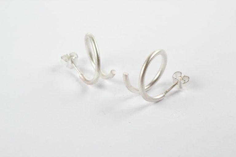 Spiraal oorstekers rond in zilver