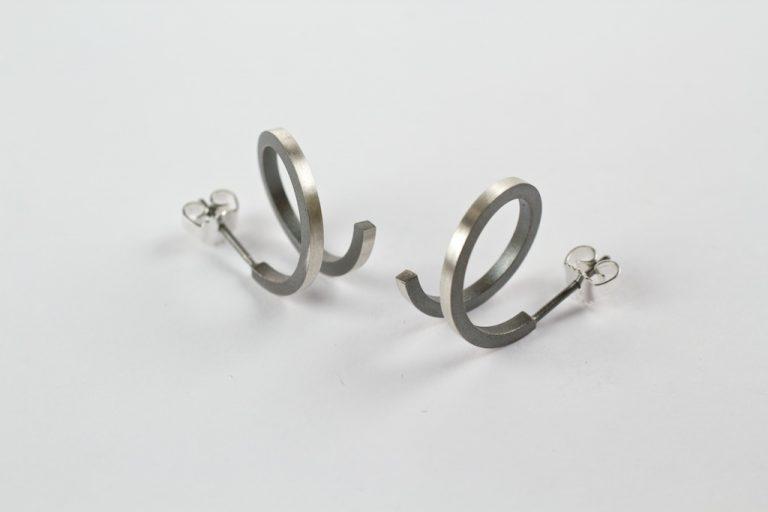 Spiraal oorstekers vierkant in gezwart zilver