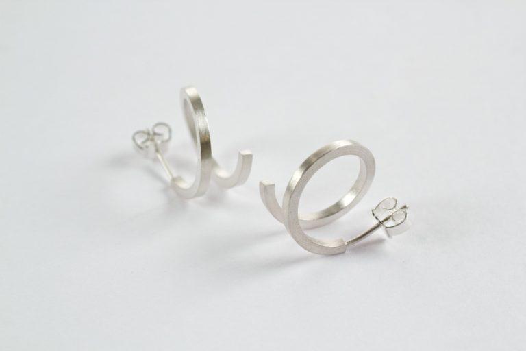 Spiraal oorstekers vierkant in zilver