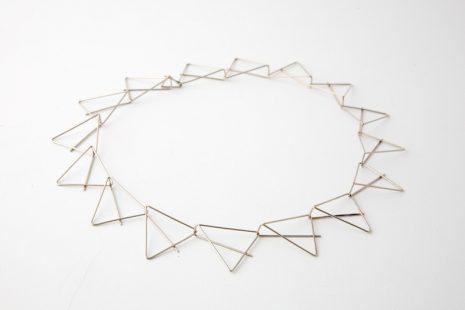 Ruimtelijk collier driehoek in witgoud