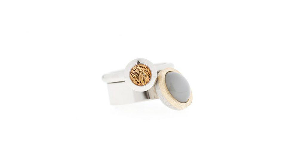 ringen-van-edelstaal-gecombineerd-met-18-krt-goud-en-grijze-maansteen